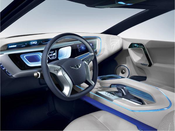 Hyundai Blue2 are un interior futurist, postul de conducere fiind apropiat de al unei nave... SF