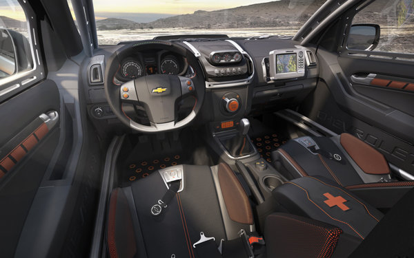 Interiorul lui Chevrolet Colorado Rally Concept are multe elemente specifice pentru rally raid