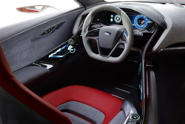 Interiorul lui Ford Evos beneficiaza de multe sisteme de asistenta inteligenta a soferului