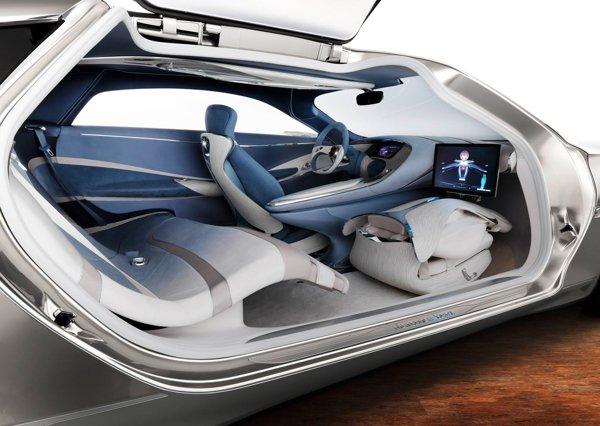 Cei patru pasageri au la dispozitie un habitaclu SF in Mercedes Benz F125