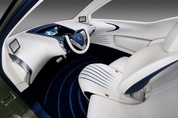 In interiorul lui Nissan Pivo 3, toate indicatoarele si butoanele sunt grupate in fata soferului