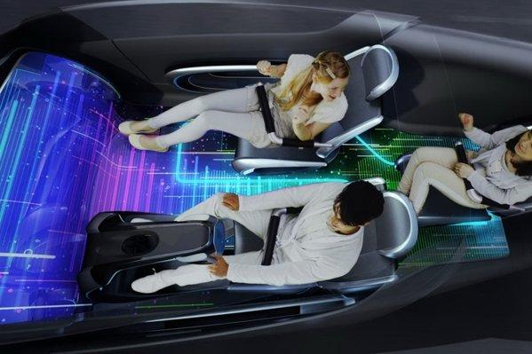Interiorul lui Toyota Fun Vii poate acomoda 3 pasageri si ofera o ambianta futurista
