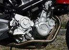 Motorul cu doi cilindri în linie este de provenienţă Rotax. Sună a BMW doar după 3.000 rpm, grav şi viril.
