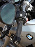 Ghidonul nu este foarte lat şi permite o manevrare foarte bună în oraş, în timp ce, la drum lung, motocicleta se dovedeşte foarte stabilă.