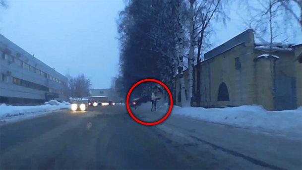 VIDEO: Un pieton scapă la milimetru de o maşină scăpată de sub control