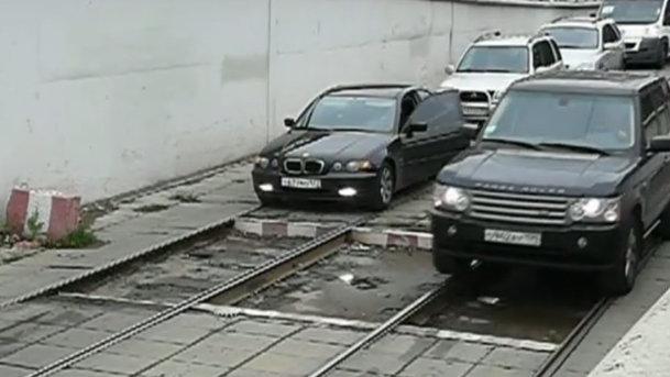 """""""Echilibristică"""" pe şinele de tramvai, în stil rusesc. VIDEO"""