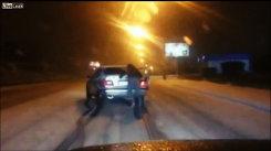 VIDEO. Cum încearcă un rus să învingă iarna cu anvelope de vară