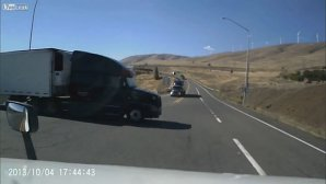 Neatenţia costă, chiar şi când conduci ditamai camionul... VIDEO