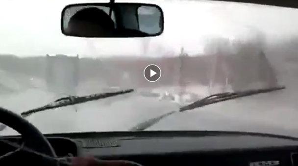 Ce faci când te lasă ştergătoarele fix pe ploaie? Ruşii ne arată [VIDEO]
