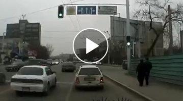 """Un """"bizon"""" a vrut să depăşească rândul de maşini, însă o şoferiţă l-a pus la punct chiar pe contrasens [VIDEO]"""