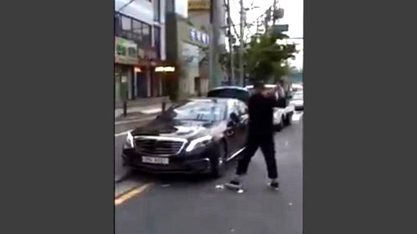 Dureros: reacţia unui şofer supărat că dealerul Mercedes nu-i înlocuieşte maşina. VIDEO