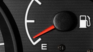 Câţi kilometri mai poţi să mergi după ce se aprinde becul de benzină!