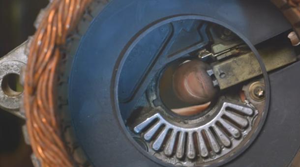 Totul despre alternator. Cum arată în interior, şi cum ne dăm seama că e pe cale să cedeze [VIDEO]