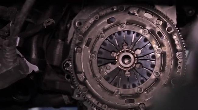 VIDEO. Ce se întâmplă când apeşi ambreiajul. Filmare din interiorul cutiei de viteze
