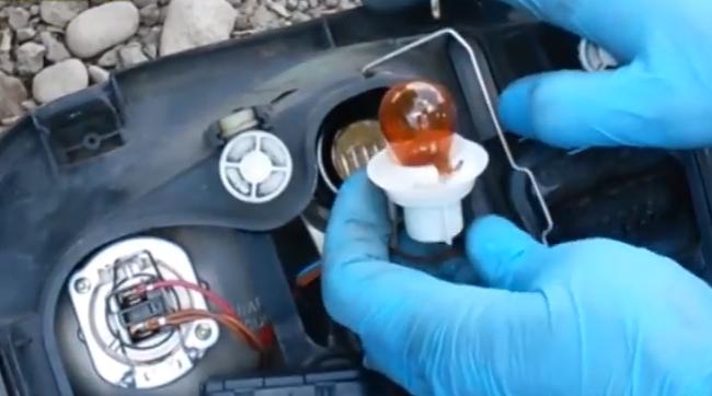 VIDEO - Cum schimbi becul de la semnalizarea din far la VW