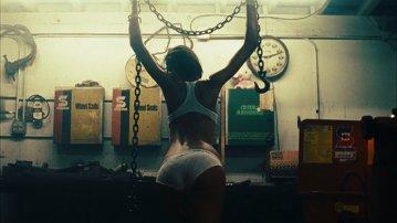 Garage Girls, sau cât de frumoasă ar fi lumea dacă mecanicii ar fi fotomodele. VIDEO
