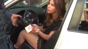 Poliţistul oprise o şoferiţă pentru un control, însă când a vrut să o supună la testul alcoolemiei, femeia i-a făcut o OFERTĂ DE NEREFUZAT