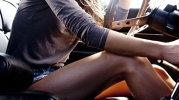 Aceste FEMEI au fost atenţionate că circulă pe trotuar. Cu ce JUCĂRIE i-a atacat pe trecători a ŞOCAT internetul [VIDEO]