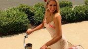 """Tânăra se plimba cu bicicleta. Un şofer care aştepta la semafor a vrut să-i facă un """"compliment"""". Ce i-a arătat femeia ar face să ROŞEASCĂ orice bărbat.  [VIDEO]"""