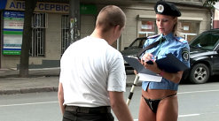 """""""Cadoul"""" unei  SUPERBE POLIŢISTE, de 1 martie, pentru bărbaţii care au traversat ilegal [VIDEO]"""