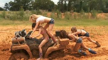 Ce face o blondă când rămâne blocată cu maşina în noroi [VIDEO]