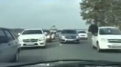 Şoferul a crezut că este un ambuteiaj dar când s-a uitat mai bine a înţeles că MAFIA era în acţiune, chiar pe şosea. Reglarea de conturi a fost filmată [VIDEO]