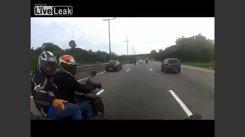 Cursă NEBUNĂ pentru a scăpa de tâlhari pe o autostradă, cu motocicleta