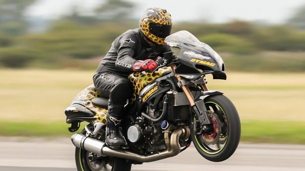 Record mondial: wheelie la peste 300 km/h [VIDEO]