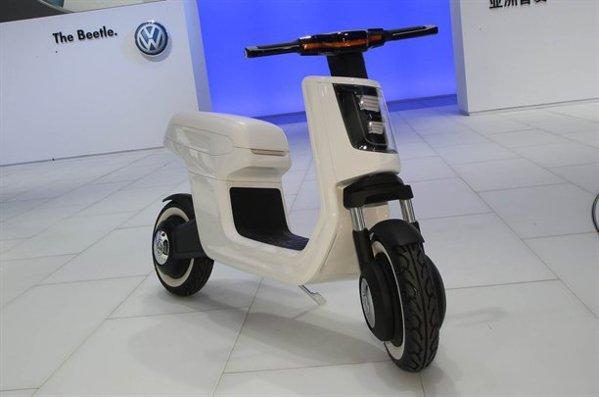 Volkswagen E-Scooter are o autonomie de 40 km, iar viteza maxima e de 50 km/h