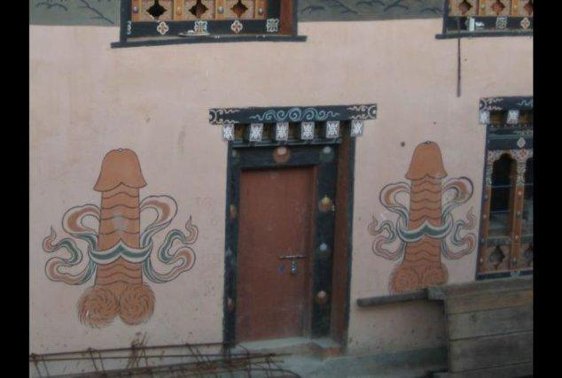 Uşă încadrată de două imagini falice