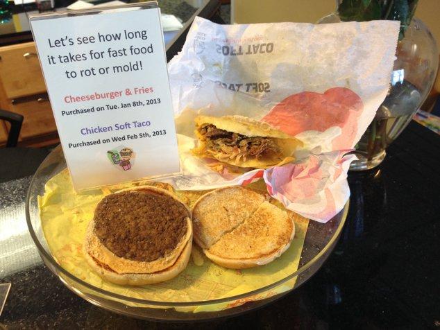 Cele două sandvişuri lăsate pe birou, cu un bilet unde scrie data la care au fost cumpărate
