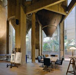 Un arhitect s-a mutat într-o fabrică de ciment. Ce a făcut la interior o să te uimească - GALERIE FOTO