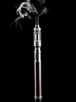 Producătorii de ţigări pariază pe dispozitivele fără fum şi foc pentru a-şi asigura veniturile