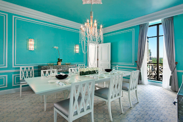 """5. Apartamentul Tiffany: se află în hotelul St. Regis din  New York, iar o noapte petrecută aici porneşte de la 9,500 de dolari. Fanii Audrey Hepburn se vor bucura de un sejur petrecut aici, camera chic fiind un tribut adus magazinului de bijuterii Tiffany's. Hotelul se află la doar  câţiva paşi de magazinul care face subiectul  filmului """"Breakfast at Tiffany s"""". Candelabre strălucitoare,  priveliştea asupra Central Park-ului, servicii de masă de la Tifannyâs, oglinda în formă de bijuterie sunt parte din  detaliile care fac diferenţa pentru camera de pe Fifth Avenue."""