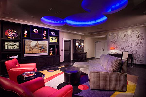 7. Penthouseul Mickey Mouse – se află în hotelul Disneyland din Anaheim,  iar costurile pentru o noapte petrecută aici pornesc de la 2700 de dolari. Imagini iconice cu Mickey Mouse, Mickey ascunşi prin pereţi care apar de unde nu te aştepţi, schiţe rare din bibiliotecile Disney şi nu mai puţin de trei televizoare cu ecran plat vor face un deliciu din vacanţa oricărui fan Walt Disney.