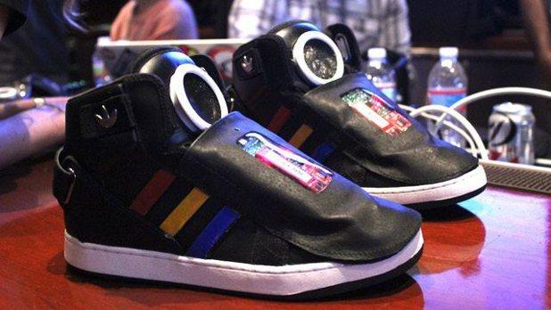 După ochelari, Google face şi pantofi vorbitori