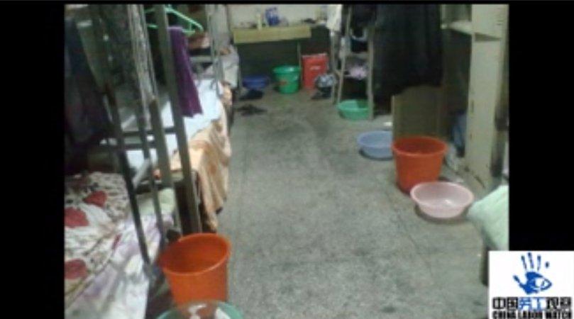 1.Angajaţii fabricii dorm în camere supraaglomerate – cel puţin 12 într-o cameră şi folosesc găleţi pentru a se spăla.