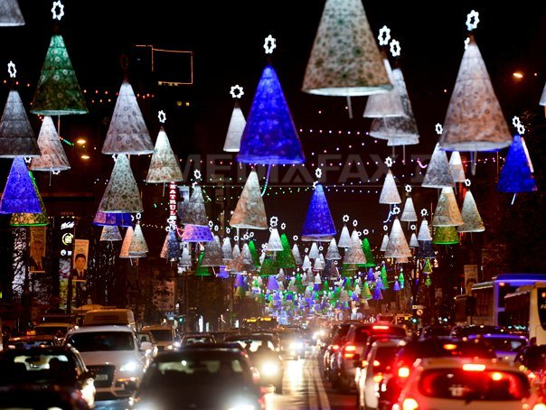 Aproape trei milioane de beculeţe pentru sărbătorile de iarnă vor fi aprinse vineri în Bucureşti. Care este traseul de 23 de kilometri al luminiţelor