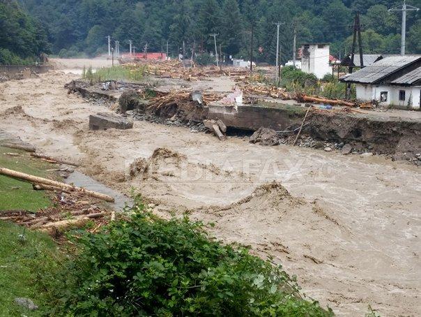 COD ROŞU de inundaţii �n judeţele Olt, Teleorman şi Argeş. Circulaţie blocată pe mai multe drumuri