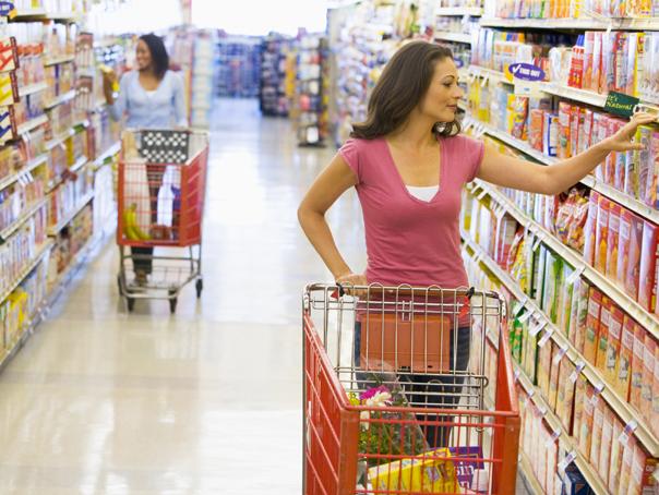 Românii dau o treime din salariu pe mâncare. Laptele, carnea şi cafeaua s-au scumpit cu 40-50% faţă de 2008