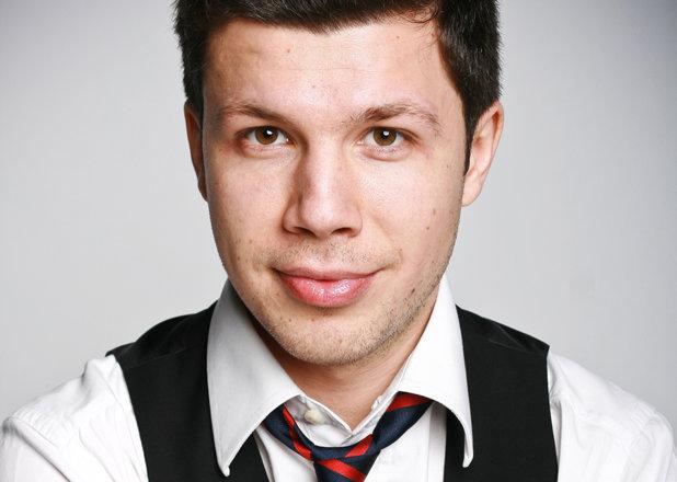 Un tânăr român de 28 de ani şi-a construit o firmă de 50 de milioane de lire sterline. Nu are maşină şi stă cu chirie