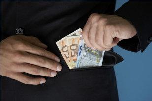 Un angajat al unei bănci din România FURA banii depuşi de clienţi în conturi. Nu l-a prins nimeni timp de un an şi jumătate