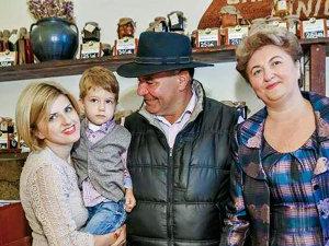 O familie din Fundu Moldovei  a făcut de la zero o afacere de 1.000.000 de euro învăţată de la bătrânii satului
