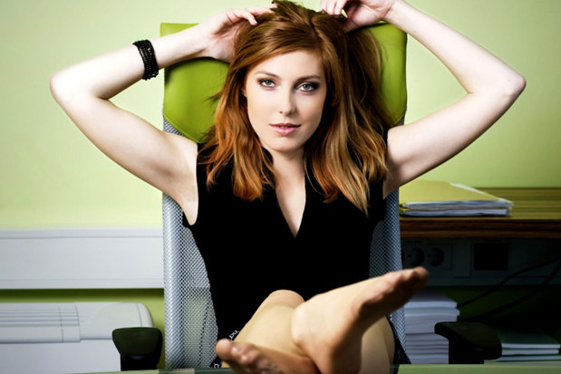 Mai multe companii angajează femei frumoase pentru a-şi motiva angajaţii. Ce trebuie să facă fetele pentru a-i destinde pe programatori