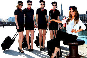 Ce companie aeriană angajază stewardese din România. Vezi ce salariu oferă şi care sunt condiţiile pentru a fi angajat
