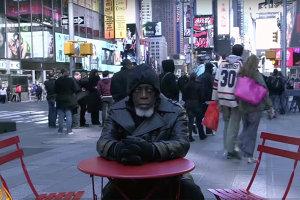 """Cum vede lumea un om care a ieşit din închisoare după 44 de ani. A fost uimit să vadă că toată lumea """"avea fire în urechi"""" - FOTO ŞI VIDEO"""