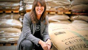 Povestea femeii care a construit un imperiu în industria cafelei. A început afacerea într-un garaj, iar anul acesta va produce peste 1 milion de tone