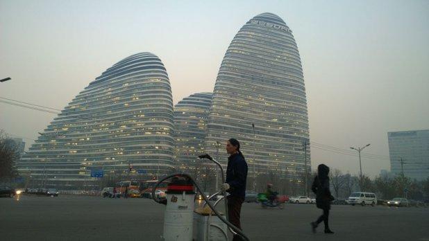 Un artist chinez a aspirat aerul Beijingului timp de 100 de zile, apoi a făcut o cărămidă din ceea ce a colectat