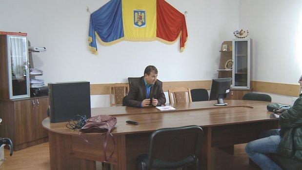 Un primar din România dă gratuit case şi locuri de muncă celor care vor să se mute la el în comună. 40 de familii s-au înghesuit să ceară case