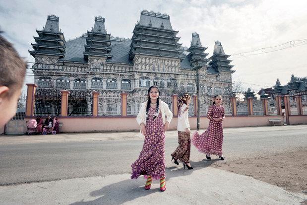 Vilele luxoase ale romilor din România, subiect de carte pentru un fotograf străin - GALERIE FOTO